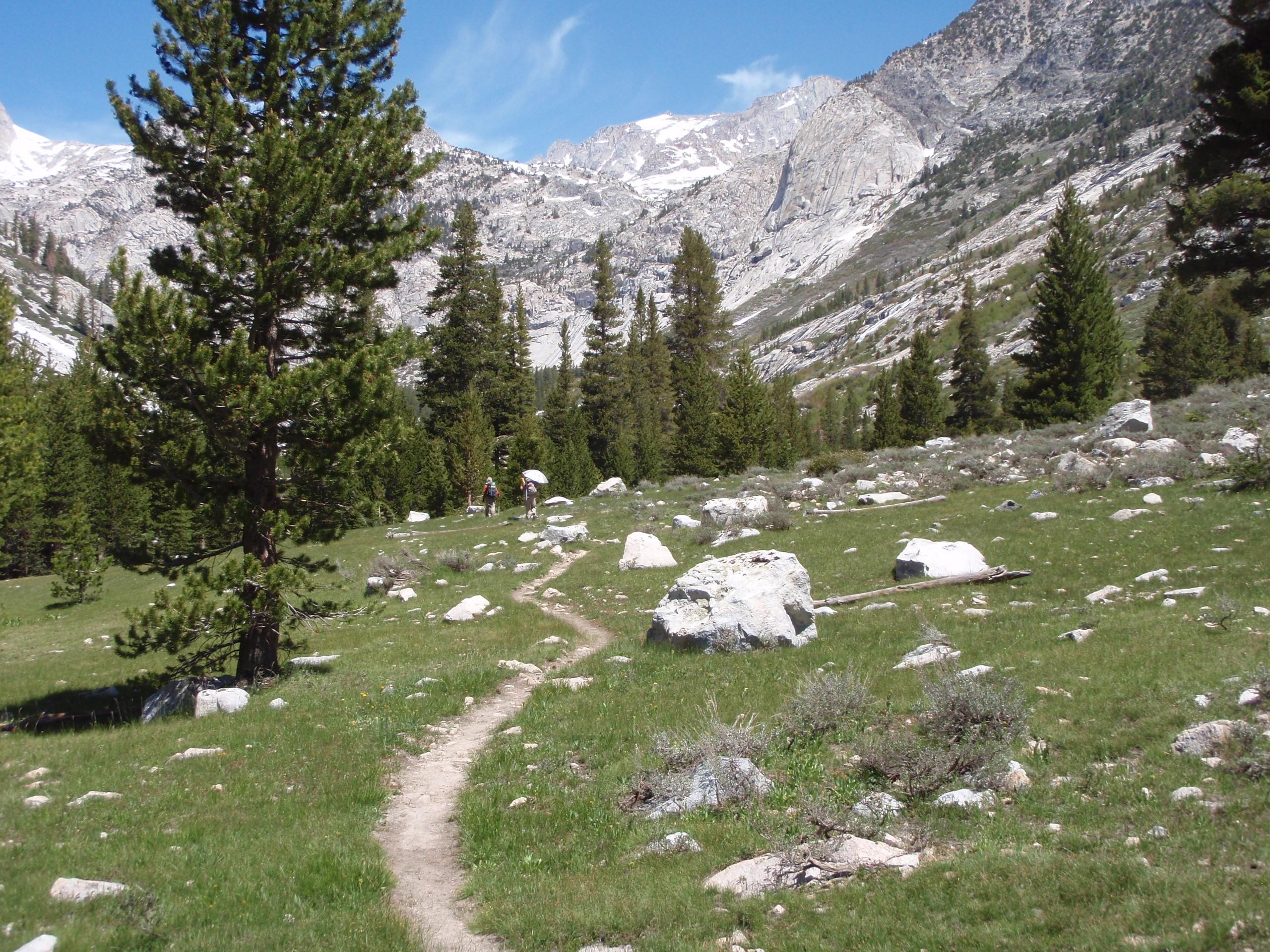 山に囲まれた道