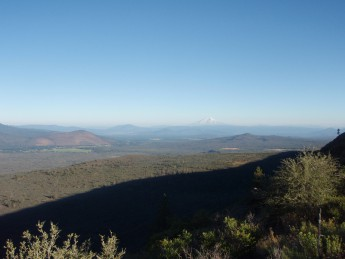 PCT N. California Hat Creek Rim より。遠くは Mt. Shasta