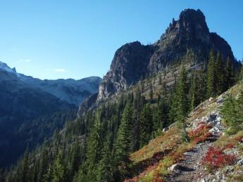 PCT Washington 秋空に浮かぶ岩峰